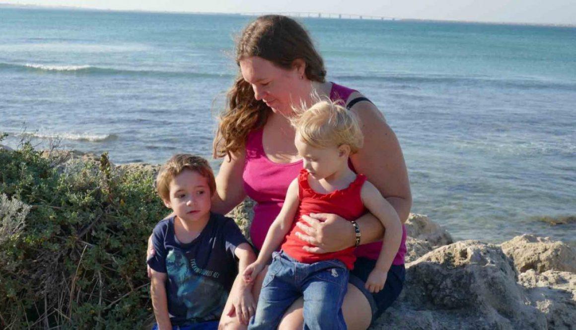 https://www.writteninwaikiki.com/weight-gain-after-having-a-baby/ mum with kids at the beach Point Peron Rockingham, Western Australia